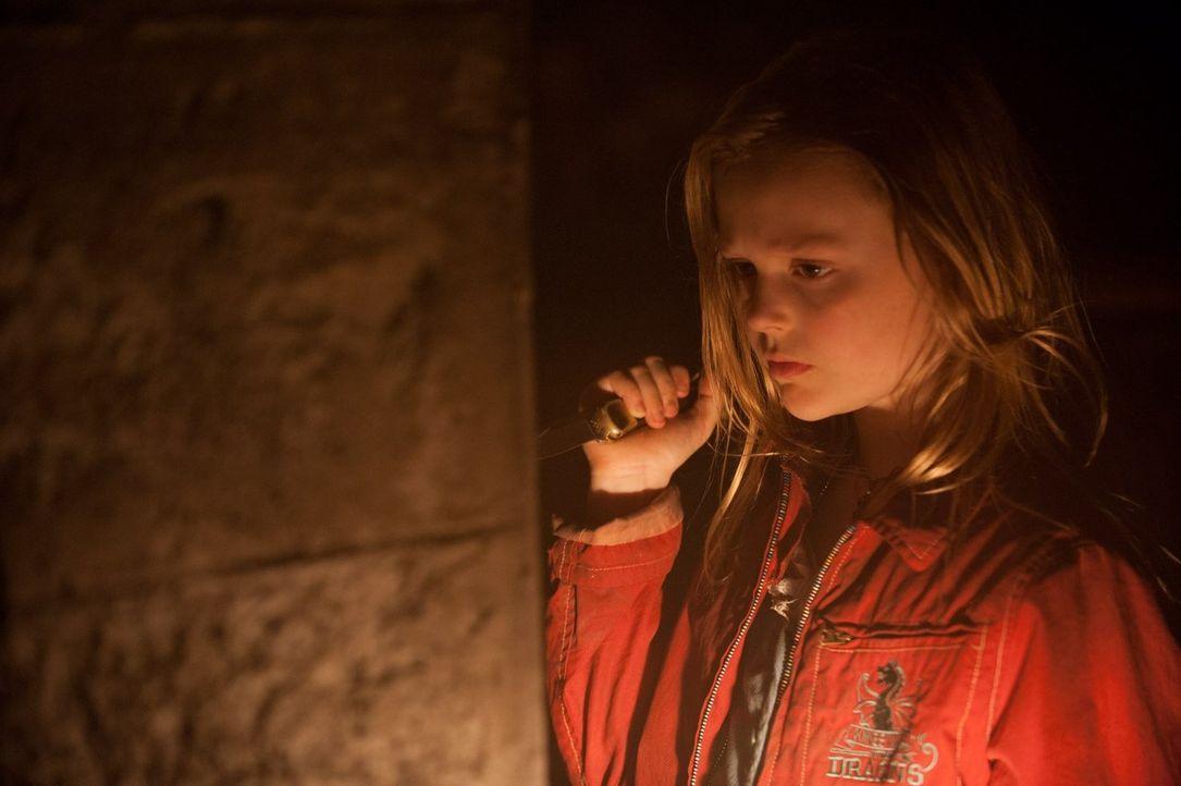 Zoe (Emily Alyn Lind) leidet immer stärker unter einem Lagerkoller. Kein Wunder, die Siebenjährige hat im Bunker keine Freunde zum Spielen, kein Tag... - Bildquelle: 2015 Warner Bros.