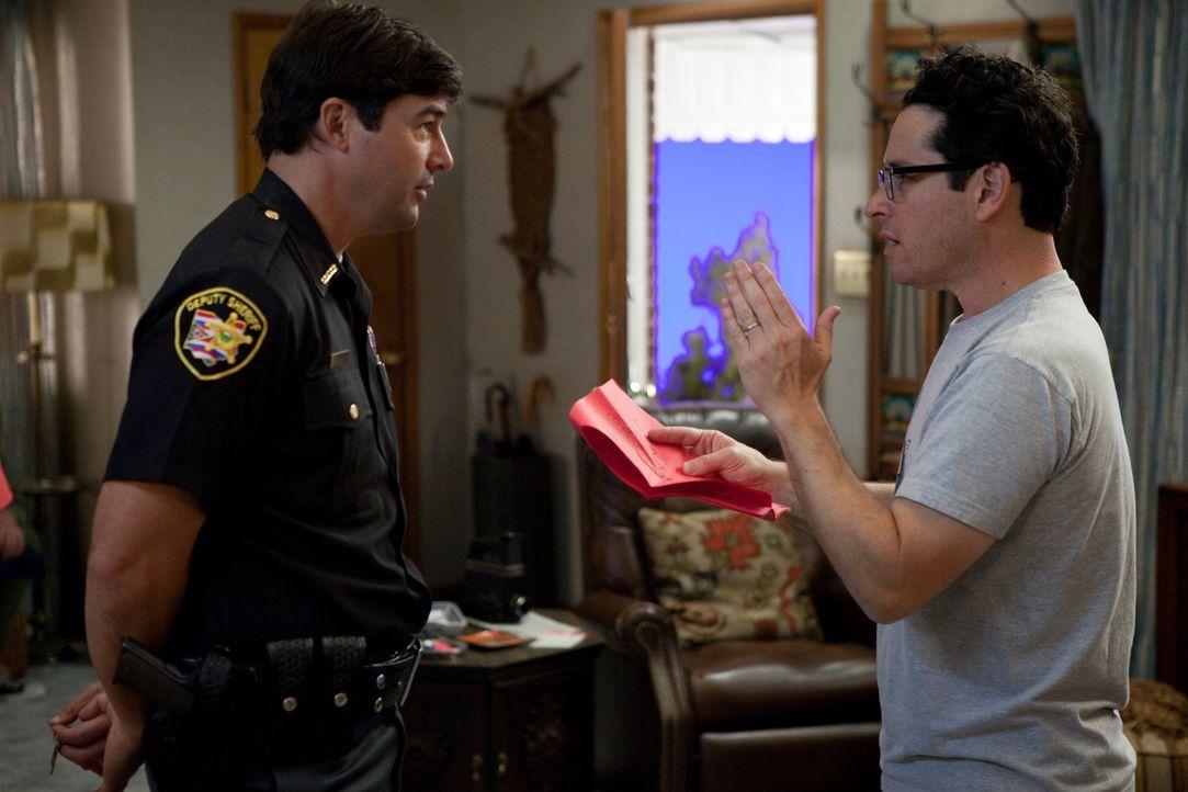 J.J. Abrams, r. am Set von SUPER 8 mit seinem Hauptdarsteller Kyle Chandler, l. ... - Bildquelle: PARAMOUNT PICTURES. All Rights Reserved