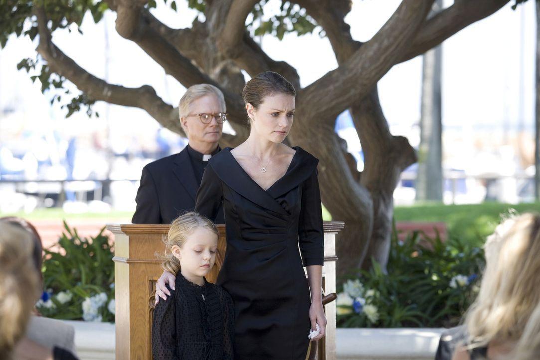 Nehmen Abschied von ihrem Ehemann und Vater: Jennifer (Lisa Brenner, r.) und Julie Sands (Jade Pettyjohn, l.) ... - Bildquelle: Warner Bros. Television