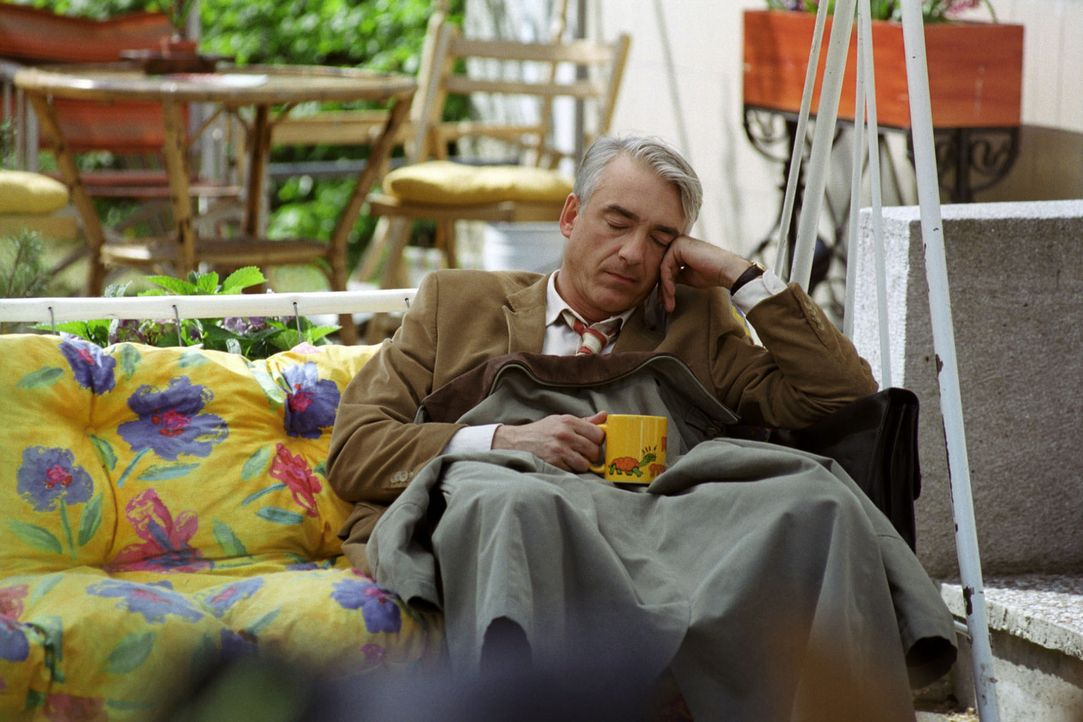 Der burmesische Zierhahn Enrico lässt sich nicht blicken. Felix (Christoph M. Ohrt) nutzt die Wartezeit für ein kleines Schläfchen ... - Bildquelle: Hardy Spitz Sat.1