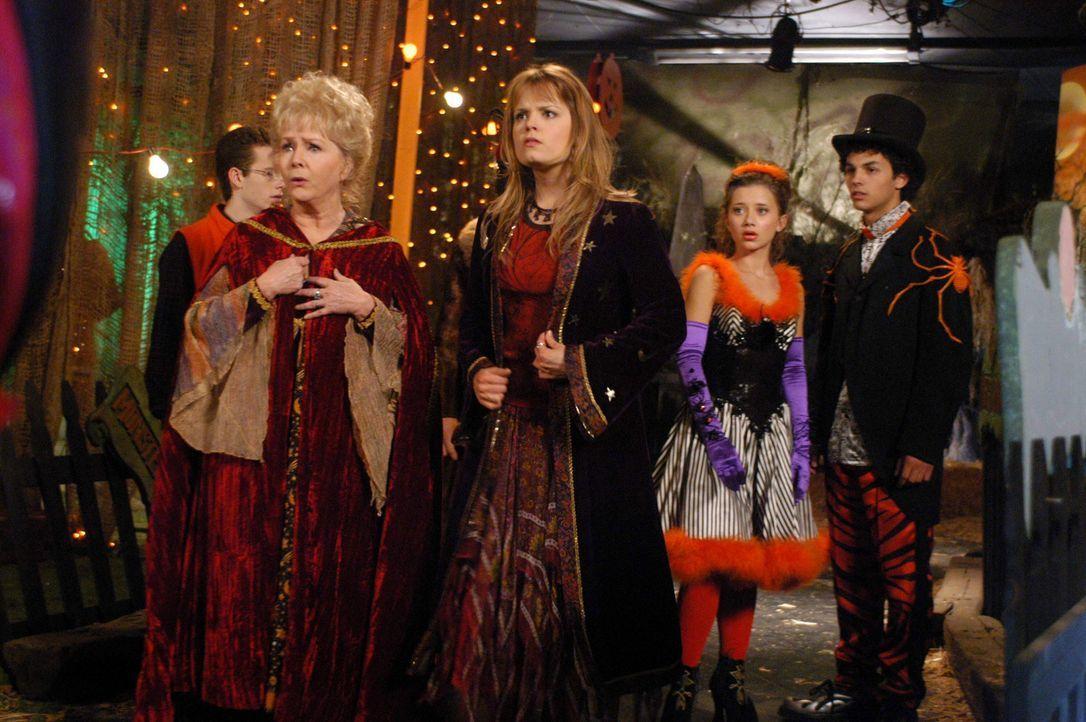 Stecken schon bald in gewaltigen Schwierigkeiten: Aggie (Debbie Reynolds, l.) und Enkelin Marnie (Kimberly Brown, 2.v.l.) ? - Bildquelle: The Disney Channel