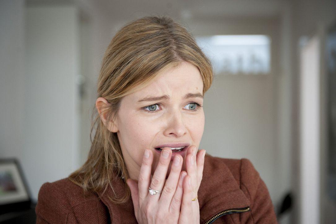 Ist schwer erschüttert: Rebecca Numbke (Mira Bartuschek) ... - Bildquelle: Martin Rottenkolber SAT.1