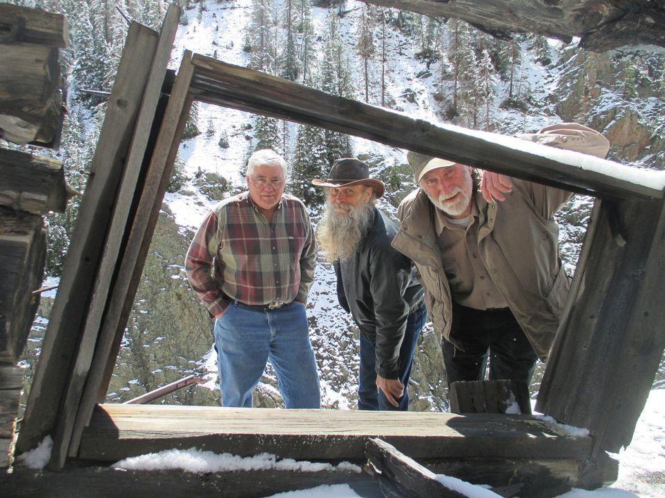 Dwayne (M.), Lowell (l.) und Tom (r.) begeben sich auf Spurensuche bei verlassenen Minen, denn Dwayne will jetzt untertags nach Edelsteinen graben ... - Bildquelle: High Noon Entertainment, 2015