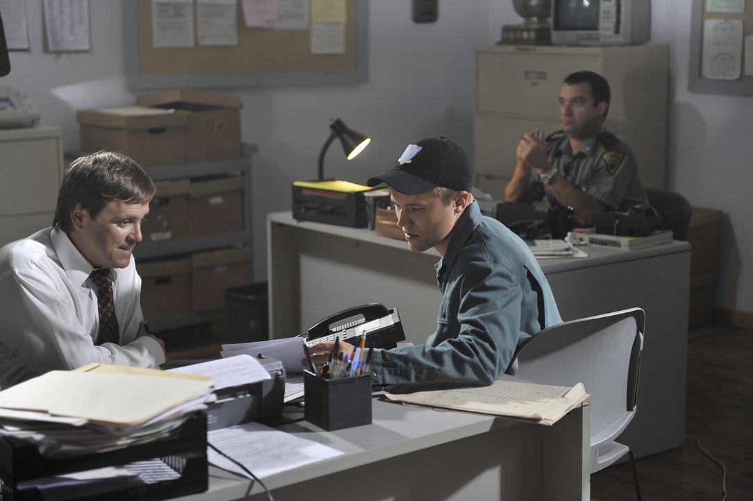 Nach und nach erkennen Detective Bruce Sloan (Jay Kee, l.) und seine Kollegen, dass sich die Angestellten des Vermissten in ihren Aussagen immer meh... - Bildquelle: Jag Gundu Cineflix 2012
