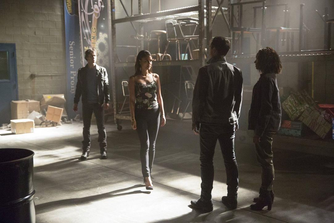 Sybil (Nathalie Kelley, 2.v.l.) lässt all ihren Charme spielen, um endlich die volle Kontrolle über Damon (Ian Somerhalder, l.) und Enzo (Michael Ma... - Bildquelle: Warner Bros. Entertainment, Inc.