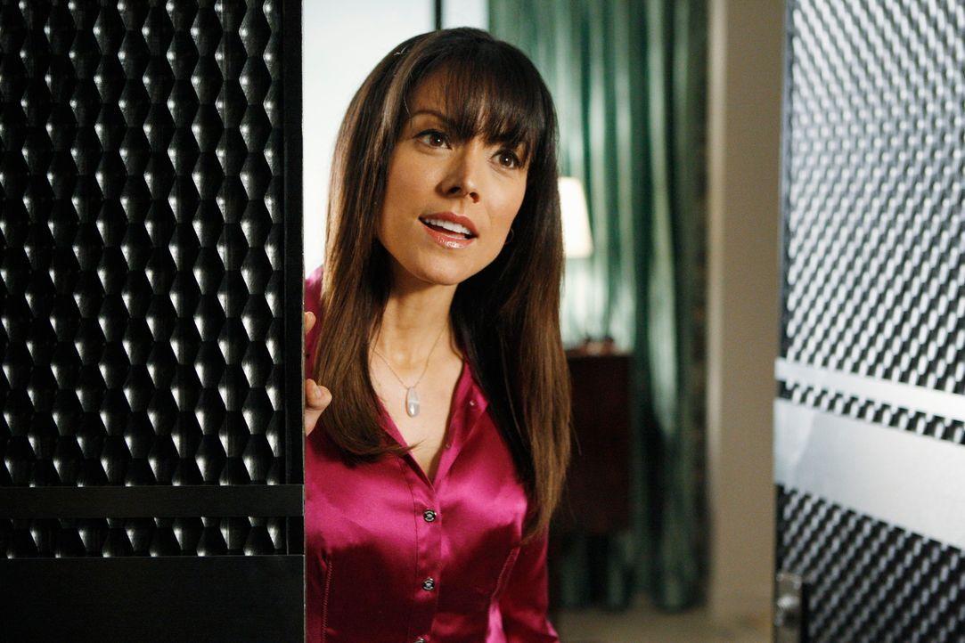 Ist überrascht, als Castle und Beckett vor ihrer Tür stehen: Monica Wyatt (Liz Vassey) - Bildquelle: ABC Studios