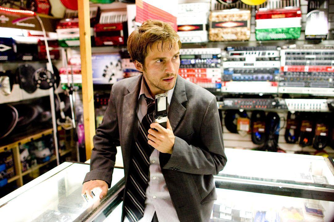 Allen Monstern zum Trotz: Rob (Michael Stahl-David) braucht einen neuen Akku für das Handy ... - Bildquelle: Paramount Pictures