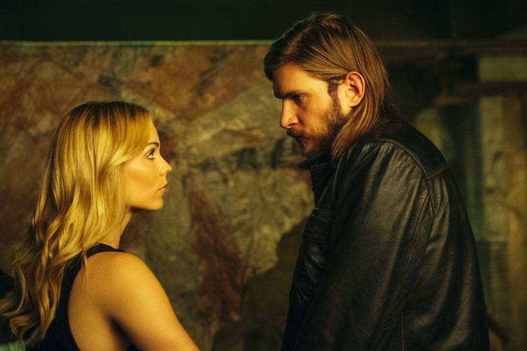 Elena (Laura Vandervoort, l.) fasst einen geheimen Plan, in den sie nicht einmal Clay (Greyston Holt, r.) einweiht ... - Bildquelle: 2016 She-Wolf Season 3 Productions Inc.