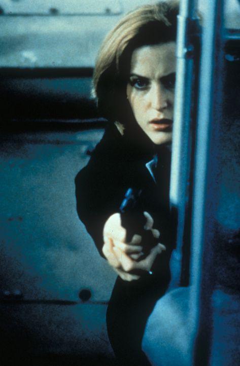 Scully (Gillian Anderson) hält einen mehrfachen Kindermörder, der kurz davorsteht, ein weiteres Mädchen umzubringen, in Schach. - Bildquelle: TM +   Twentieth Century Fox Film Corporation. All Rights Reserved.