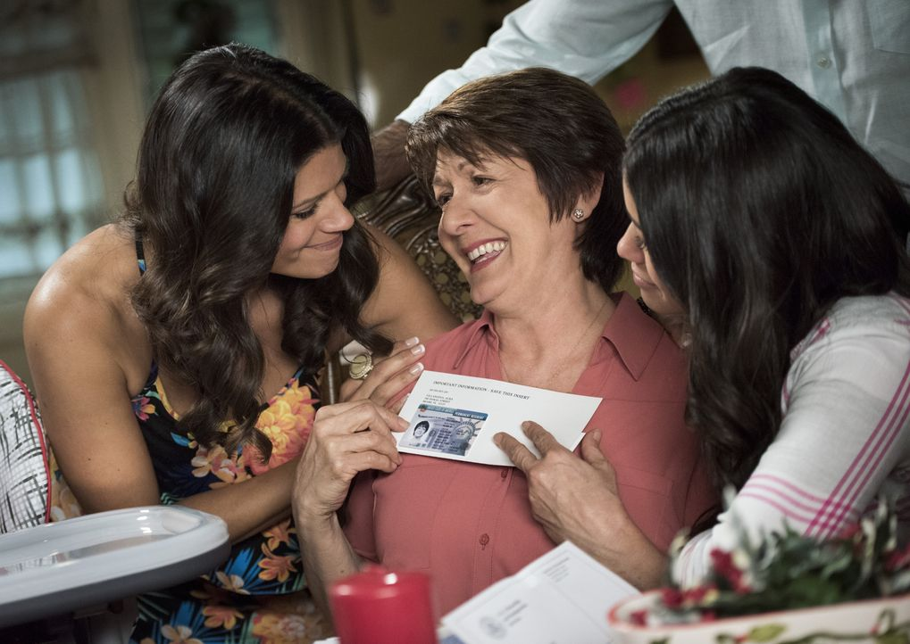 Jetzt kann Weihnachten nichts mehr im Wege stehen. Alba (Ivonne Coll, M.) hat ihre Green Card bekommen und Jane (Gina Rodriguez, r.) und Xo (Andrea... - Bildquelle: Eddy Chen 2015 The CW Network, LLC. All rights reserved.