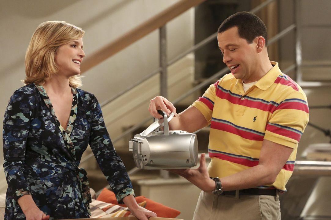 Alan (Jon Cryer, r.) beendet sein Beziehung zur Sozialarbeiterin, um wieder mit Lyndsey (Courtney Thorne-Smith, l.) zusammen zu sein. Doch ist das w... - Bildquelle: Warner Brothers Entertainment Inc.