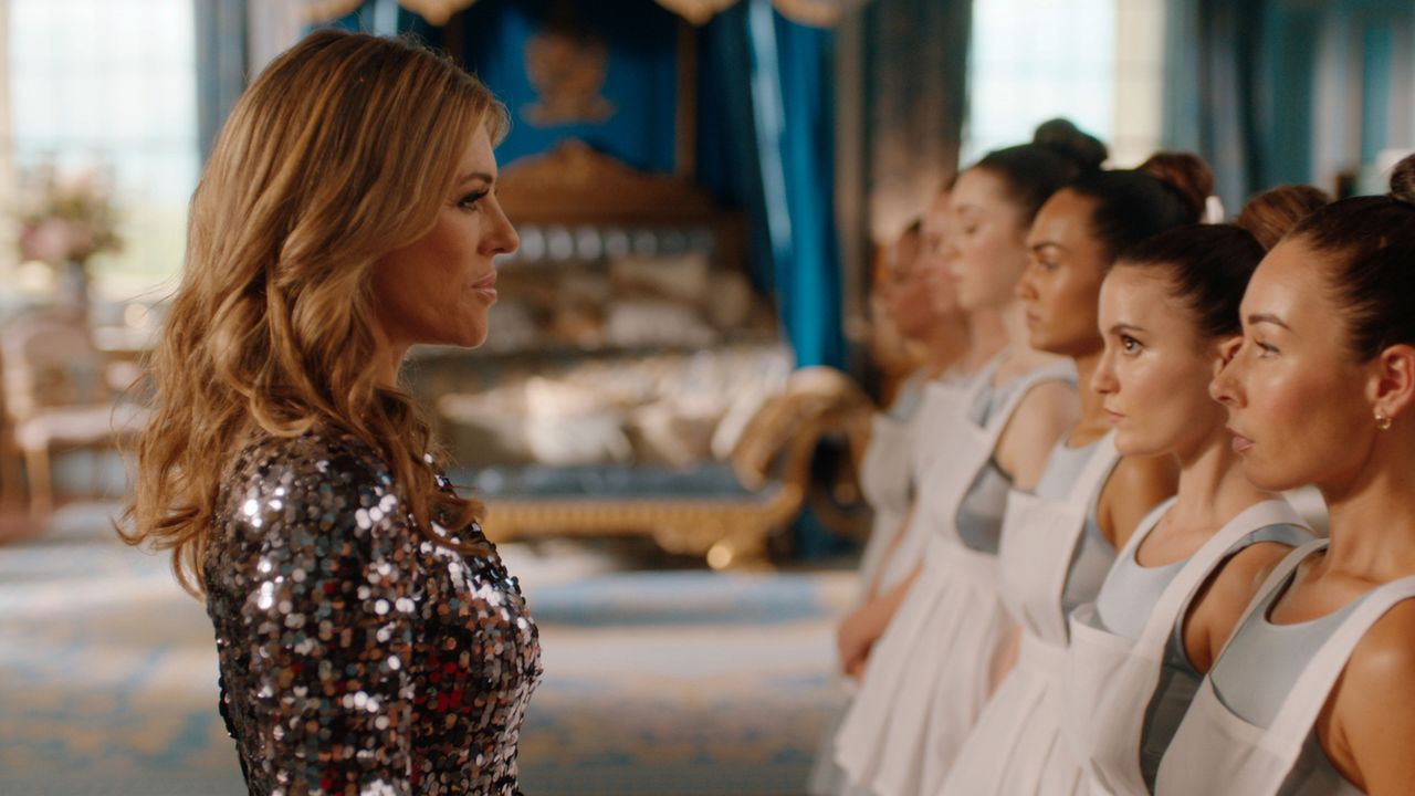 Auf einer royalen Feier muss sich Helena (Elizabeth Hurley, l.) eingestehen, dass für sie jetzt tatsächlich ein neues Kapitel in ihrem Dasein am Hof... - Bildquelle: 2018 Lions Gate Entertainment Inc. All Rights Reserved.