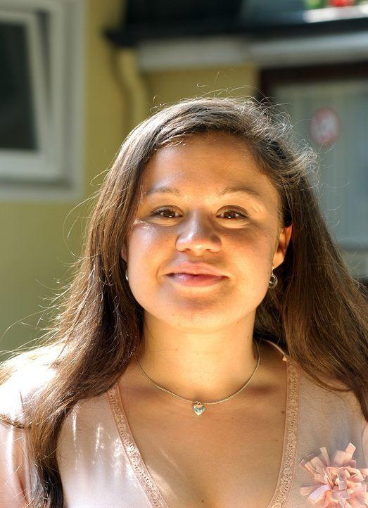 Verträumte Leseratte mit stolzem Cousin: Conchita (Claudia Fitzsche) ... - Bildquelle: Uwe Ernst ProSieben