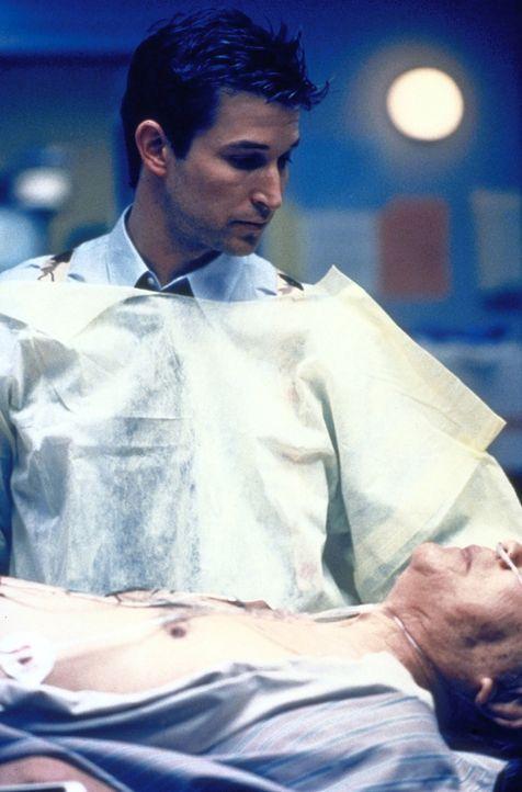 Carter (Noah Wyle) kümmert sich um einen Ladenbesitzer, der bei einem Überfall verletzt wurde. - Bildquelle: TM+  2000 WARNER BROS.