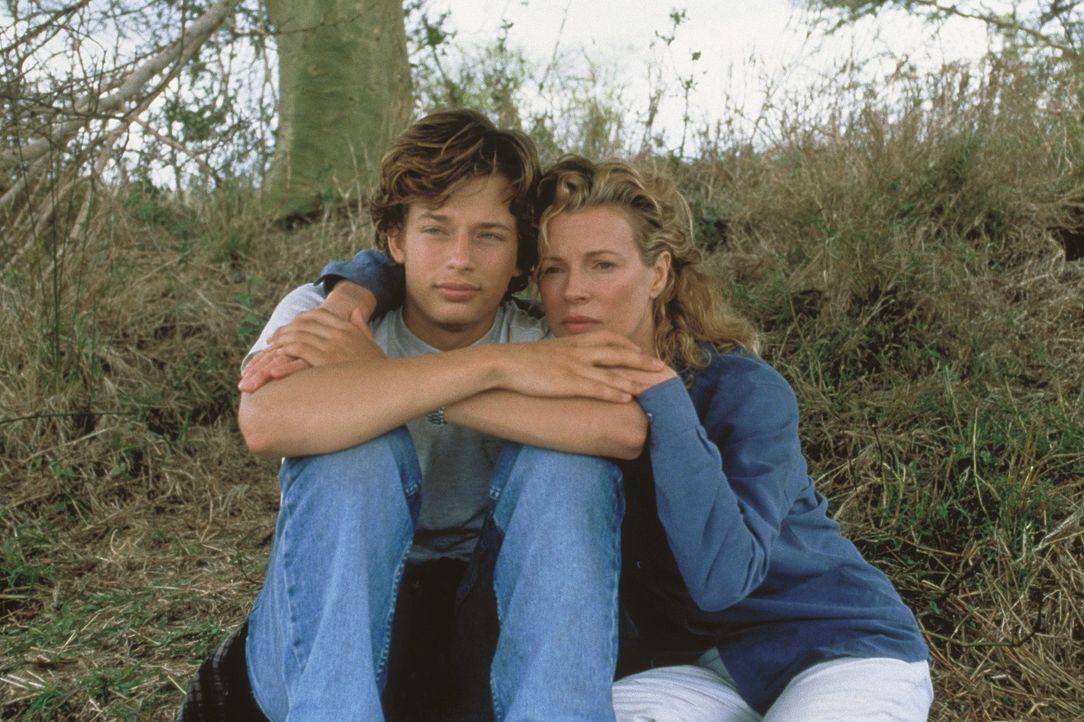 Als der mittlerweile 17-jährige Emanuele, (Garrett Strommen, l.) aus dem Internat nach Hause kommt, ist Kukis (Kim Basinger, r.) Freude über die R... - Bildquelle: Columbia Pictures