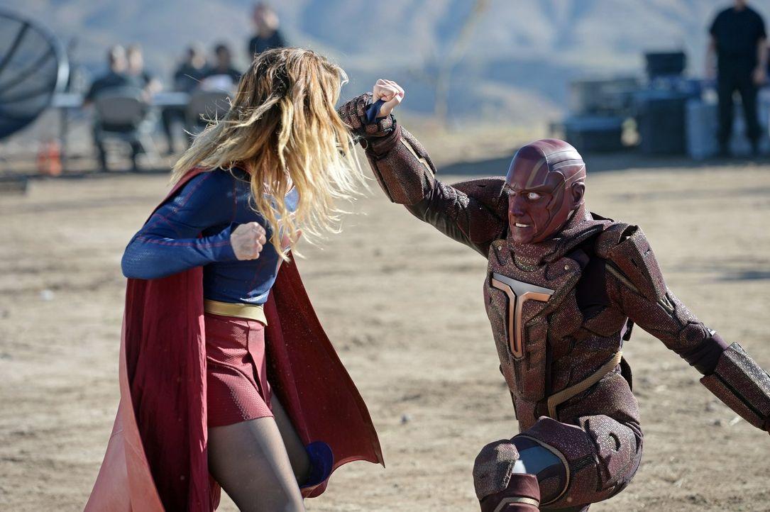 Lucys Vater General Sam Lane verpflichtet Supergirl (Melissa Benoist, l.) dazu, den Cyborg Red Tornado (Iddo Goldberg, r.) auf seine Tauglichkeit zu... - Bildquelle: 2015 Warner Bros. Entertainment, Inc.