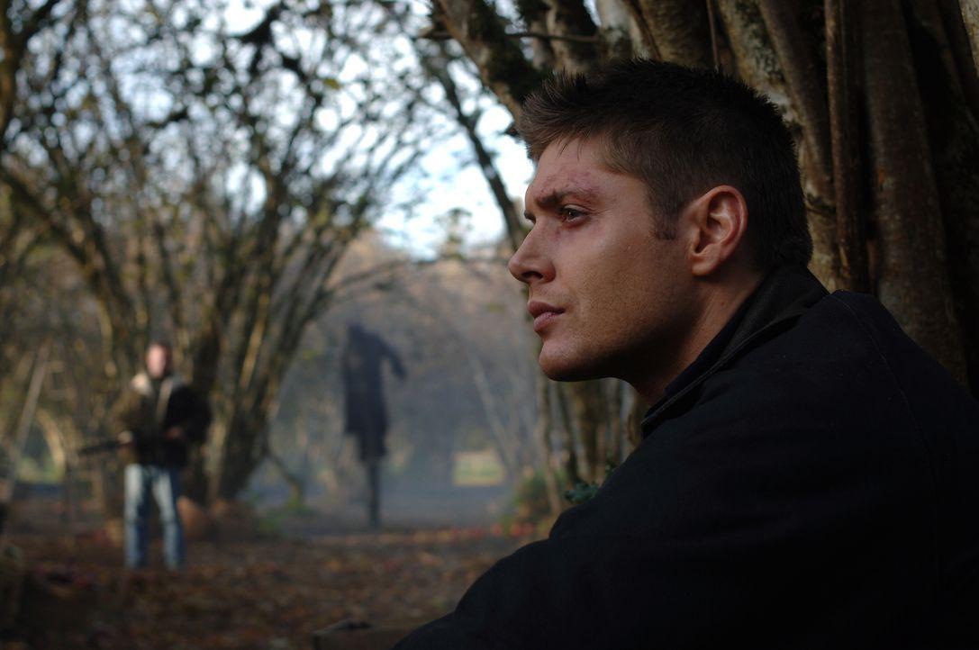 Dean (Jensen Ackles, r.) versucht eine mordende Vogelscheuche zu vernichten ... - Bildquelle: Warner Bros. Television