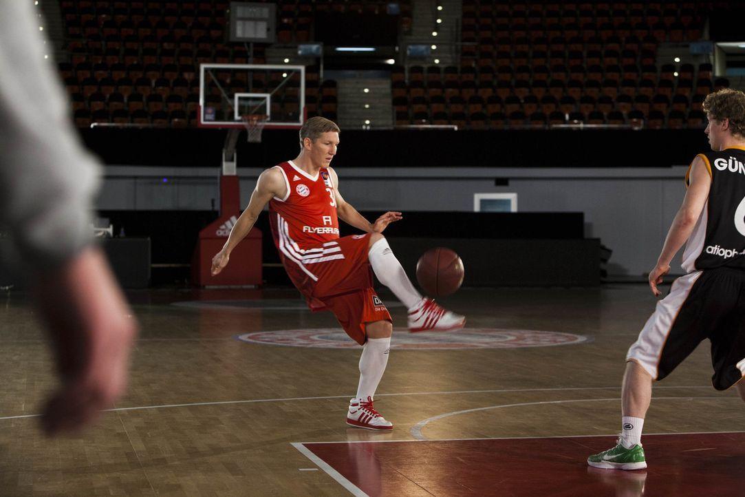 """Protagonist im kabel eins Trailer """"ran Basketball FCB-Spieler Bastian Schweinsteiger ... - Bildquelle: Benedikt Müller kabel eins"""