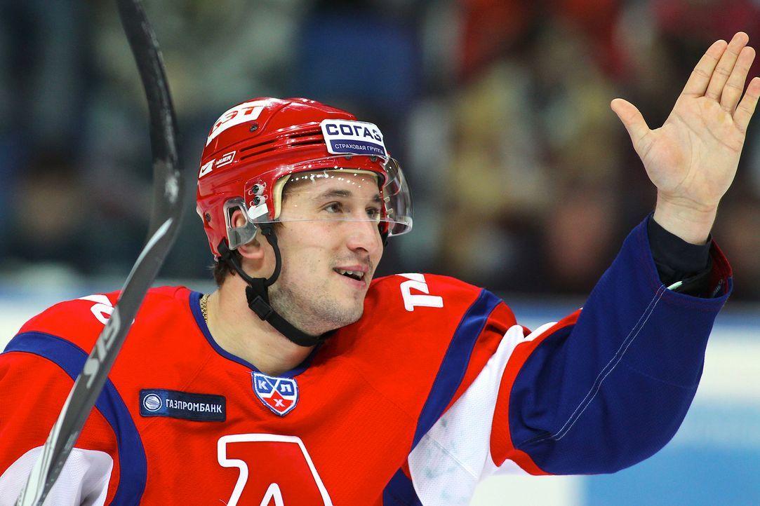 Der Profi Eishockeyspieler Alexander Galimov war mit seinem Team Lokomotive Jaraslawl auf dem Weg zum nächsten Spiel nach Minsk, als ihr Flugzeug be... - Bildquelle: Yaroslav Neelov/KHL Photo Agency via Getty Images