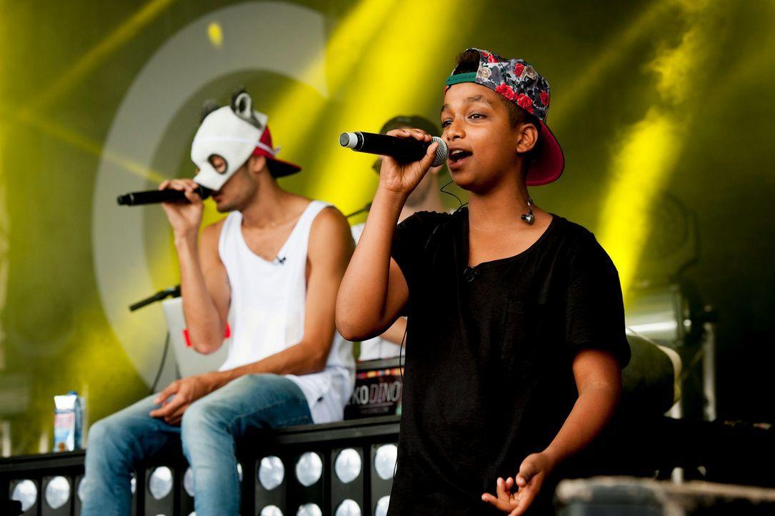 """Einmal zusammen mit seinem Rap-Idol Cro (l.) auf der Bühne stehen, das ist ein Herzenswusch von """"The Voice Kids""""-Gewinner Danyiom (r.) ... - Bildquelle: Martin Rottenkolber SAT.1"""