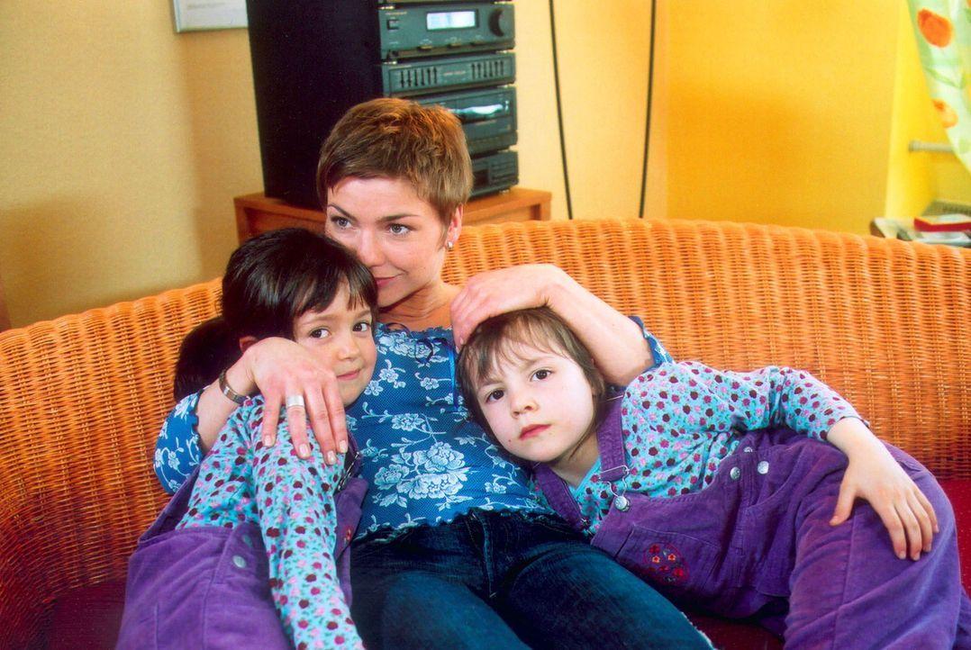 Stefanie (Claudia Schmutzler, M.) hat sich ihrer Kinder Klara Sophia (Hanna Luise Winter, l.) und Julia Elke (Lisa Willschütz, r.) zuliebe von Jörg... - Bildquelle: Noreen Flynn Sat.1