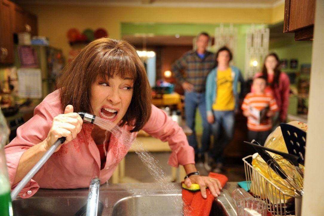 Nachdem Frankie (Patricia Heaton) aus Versehen Axls Fußnägel verspeist hat, verliert sie die Nerven und hat genug von ihrer Familie. Sie packt ihre... - Bildquelle: Warner Brothers