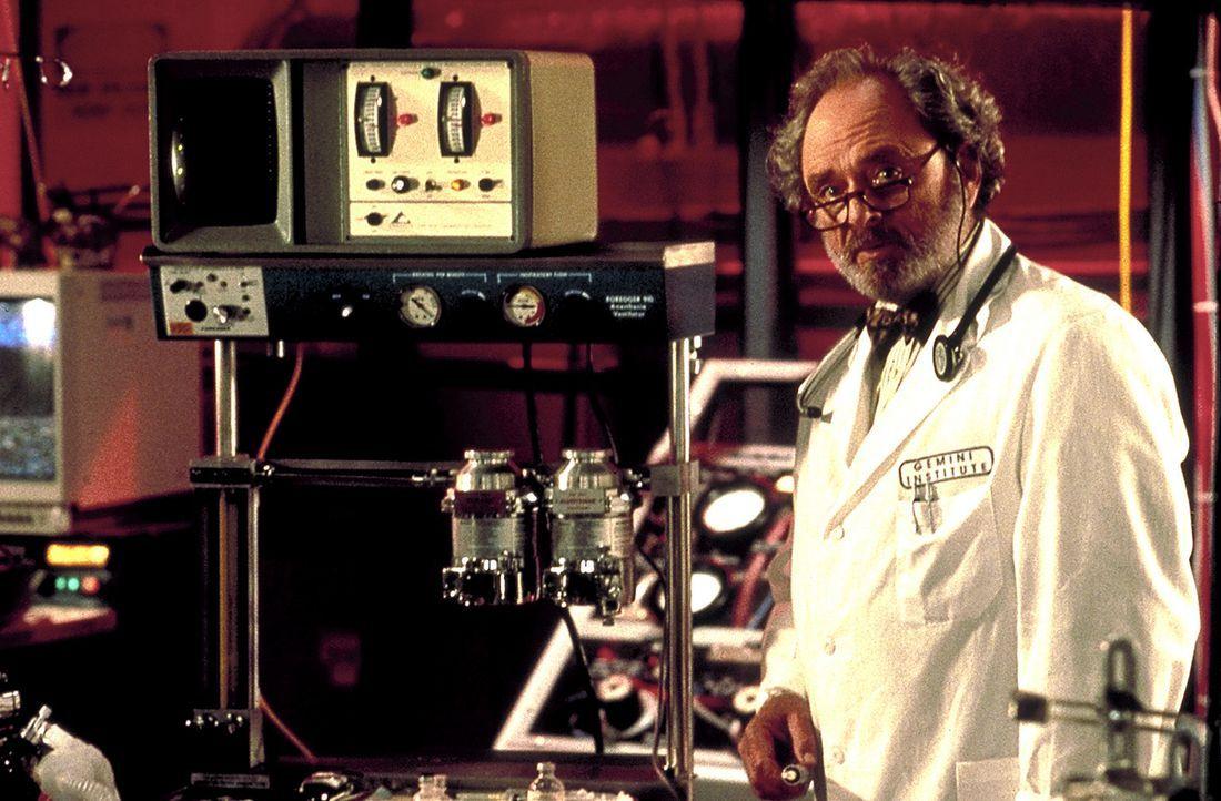 Genforscher Dr. Owen Leeds (Harris Yulin) startet zu einem gefährlichen Experiment ... - Bildquelle: Columbia TriStar