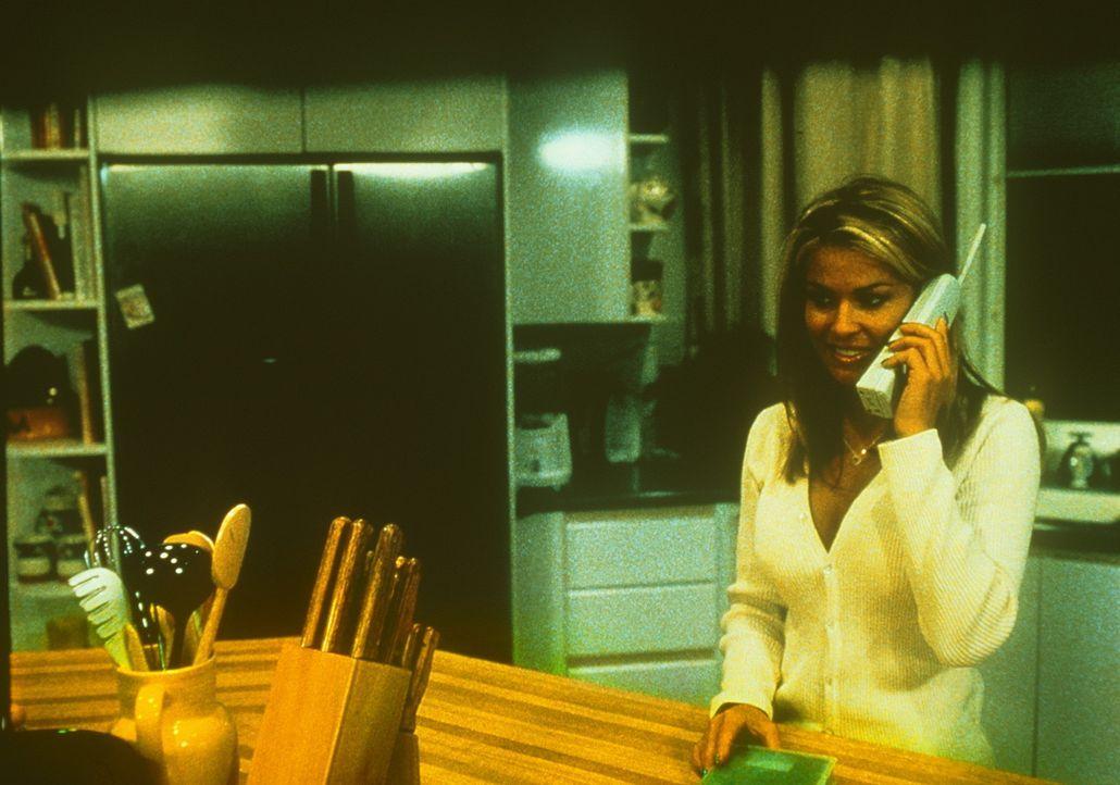 Mitten in der Nacht erhält die High-School-Schönheit Drew (Carmen Electra) einen Anruf vom Killer, der sich bereits im Haus versteckt hält .... - Bildquelle: Highlight Film