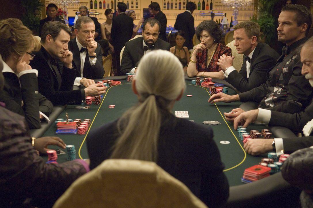 James Bond (Daniel Craig, 3.v.r.) jagt den skrupellosen Finanzhai Le Chiffre (Mads Mikkelsen, 2.v.l.), der mit dem blutigen Geld einer Terrororganis... - Bildquelle: 2006 DANJAQ, LLC, UNITED ARTISTS CORPORATION AND COLUMBIA PICTURES INDUSTRIES, INC. ALL RIGHTS RESERVED.