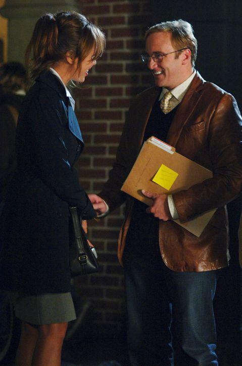 Professor Payne (Jay Mohr, r.) trifft scheinbar zufällig seine alte Freundin Nina (Nikki Cox, l.). Die beiden hatten vor Jahren eine heiße Affäre, d... - Bildquelle: ABC Studios
