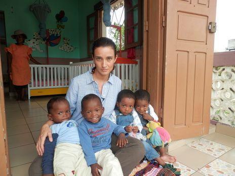 Reporterin Kiki King (hinten) besucht die Ostküste Madagaskars, an der Zwilli...