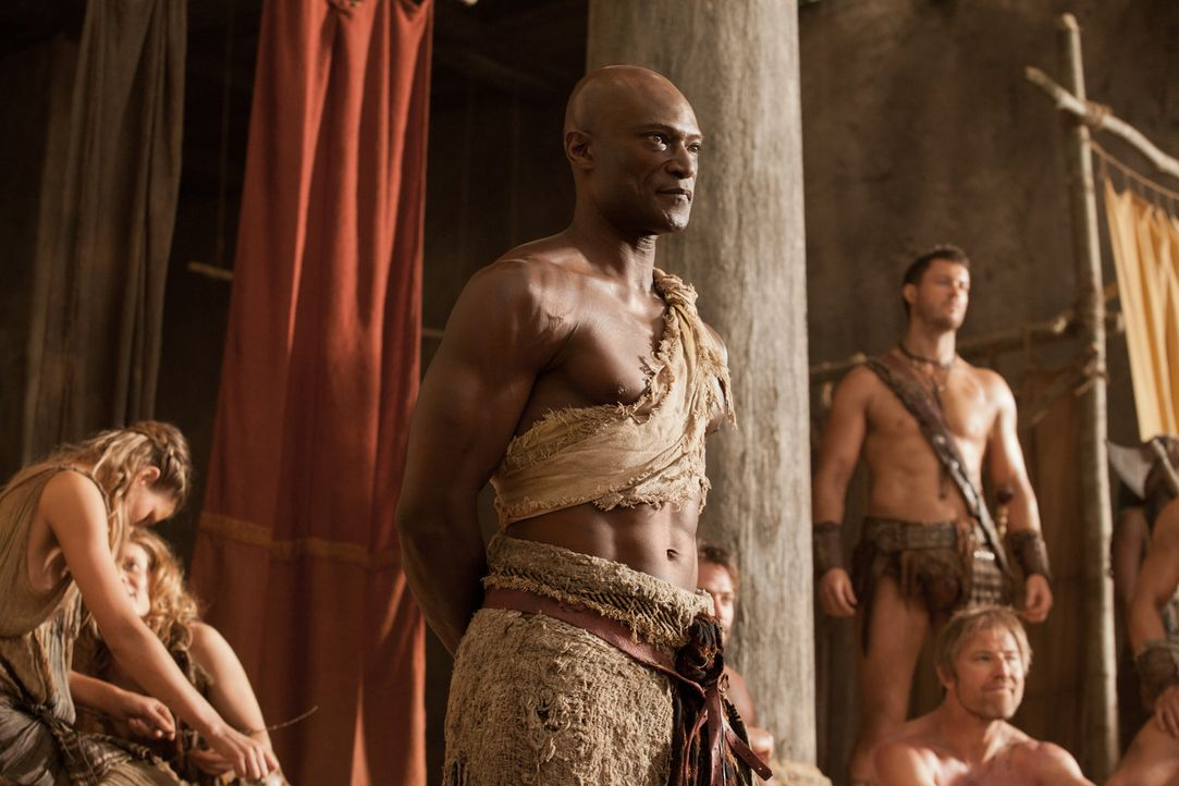Bringt den aufständischen Sklaven bei, wie man im Kampf überlebt : Drago (Peter Mensah) ... - Bildquelle: 2011 Starz Entertainment, LLC. All rights reserved.
