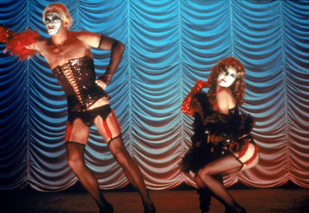 Während es draußen blitzt und donnert, veranstaltet Transvestit Frank-N-Furter mit seinen monströsen Kumpanen eine galaktisch gute Orgie. - Bildquelle: 1975 Houtsnede Maatschappi N.V.