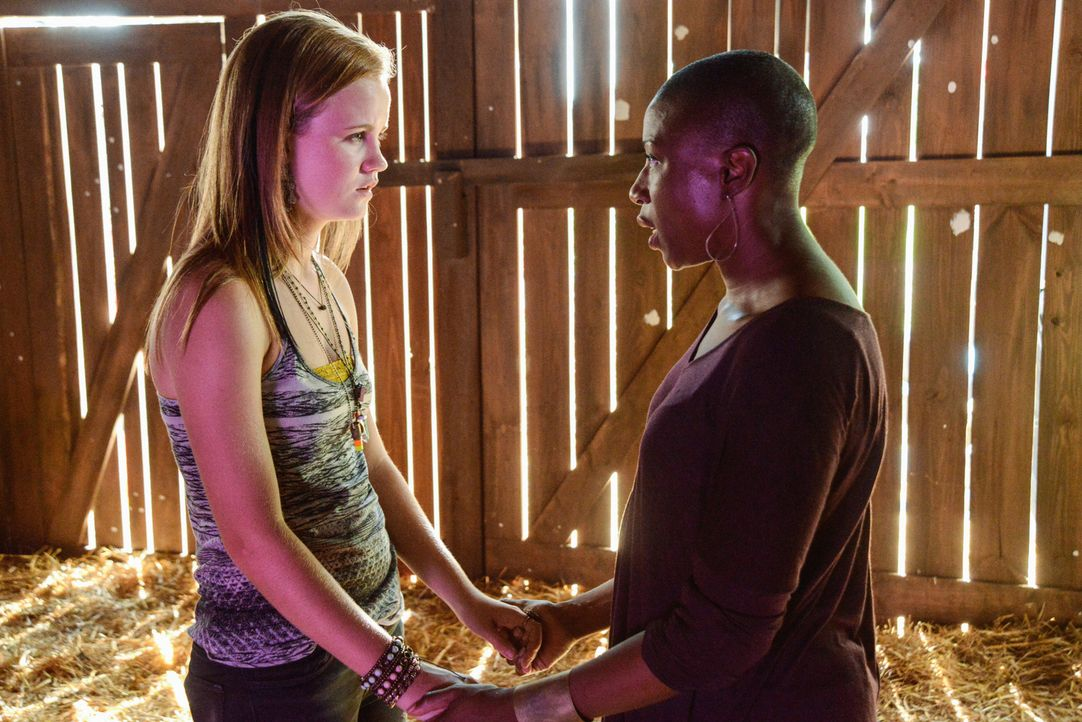 Während Barbie immer noch auf der Flucht vor Big Jim und seinem Männern ist, versuchen Norrie (Mackenzie Lintz, l.) und Carolyn (Aisha Hinds, r.)... - Bildquelle: 2013 CBS Broadcasting Inc. All Rights Reserved