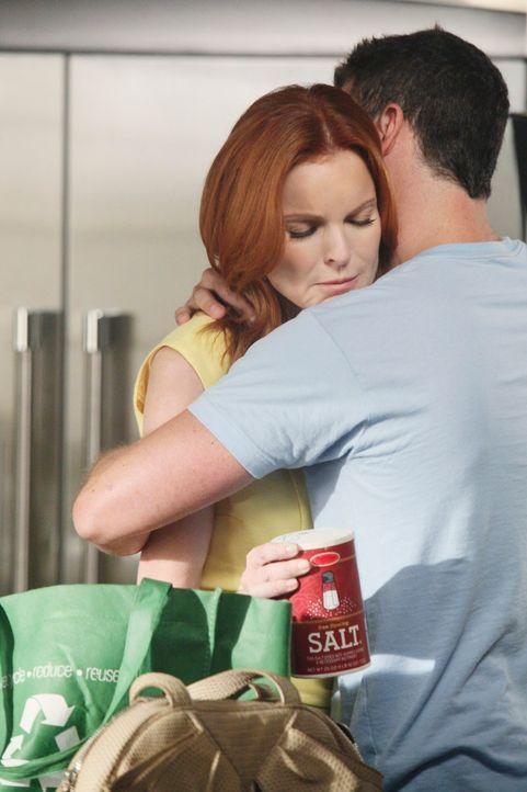 Während sich Susan schuldig fühlt, da sie Mike bezüglich ihres neuen Jobs belügen muss, scheint Bree (Marcia Cross, l.) sich in ihn Keith (Brian Aus... - Bildquelle: ABC Studios