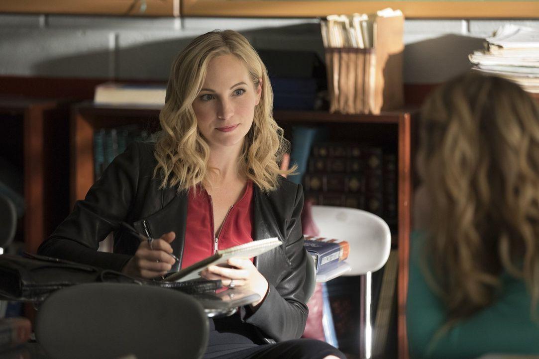 Eigentlich dachte Caroline (Candice King), sie solle in ihrer alten Schule nur über ein bevorstehendes Fest recherchieren, doch dann trifft sie auf... - Bildquelle: Warner Bros. Entertainment, Inc.