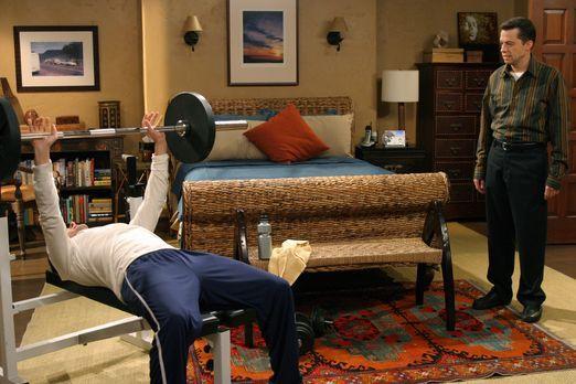 Two and a Half Men - Charlie  (Charlie Sheen, l.) versucht seinen Bruder Alan...
