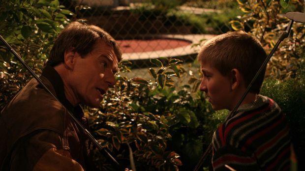Dewey (Erik Per Sullivan, r.) und Hal (Bryan Cranston, l.) planen einen gemei...