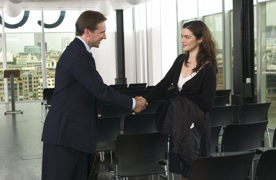 Justin Quayle (Ralph Fiennes, l.) macht bei einem Vortrag in London die Bekanntschaft mit der schönen und jungen Tessa (Rachel Weisz, r.). Was mit... - Bildquelle: Epsilon Motion Pictures