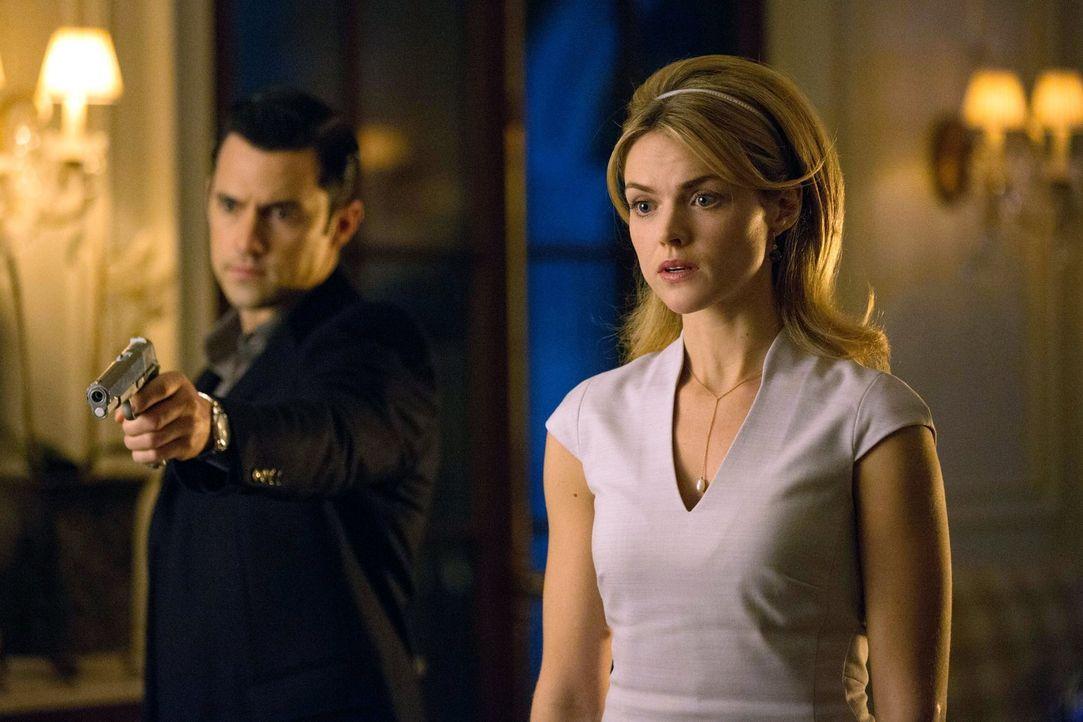 Während Oswald beiden Mafiosi Maroni und Falcone gegeneinander ausspielt, muss Barbara (Erin Richards, r.) in der Gewalt von Ogre (Milo Ventimiglia,... - Bildquelle: Warner Bros. Entertainment, Inc.