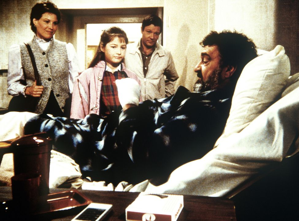 Wendy Ann (Alyson Croft, 2.v.l.) besucht mit ihrer Mutter (Alexandra Borrie, l.) und ihrem Vater (Michael Anderson jr., 2.v.r.) Lebensretter Mark (V... - Bildquelle: Worldvision Enterprises, Inc.
