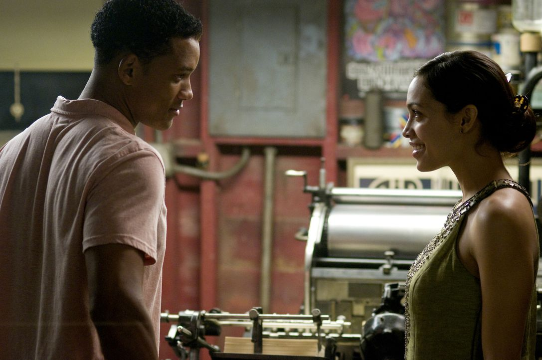 Als sich Ben (Will Smith, l.) in die mit einem schweren Herzfehler geplagte Emily (Rosario Dawson, r.) verliebt, drohen seine bis ins Detail durchda... - Bildquelle: 2008 Columbia Pictures Industries, Inc. and Beverly Blvd LLC. All Rights Reserved.