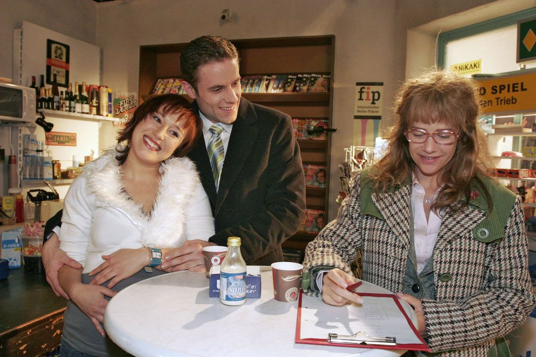 Lisa (Alexandra Neldel, r.) hat beschlossen, das Geheimnis der Liebe herauszufinden - und notiert sich Max' (Alexander Sternberg, M.) und Yvonnes (B... - Bildquelle: Noreen Flynn Sat.1