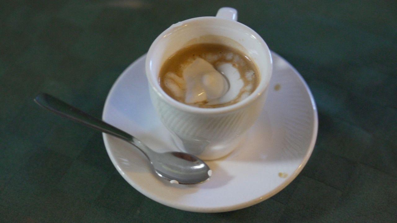 Die Zeit ist reif für einen Besuch auf Kuba: Todd Carmichael probiert kubanischen Kaffee ... - Bildquelle: 2015, The Travel Channel, L.L.C. All Rights Reserved.