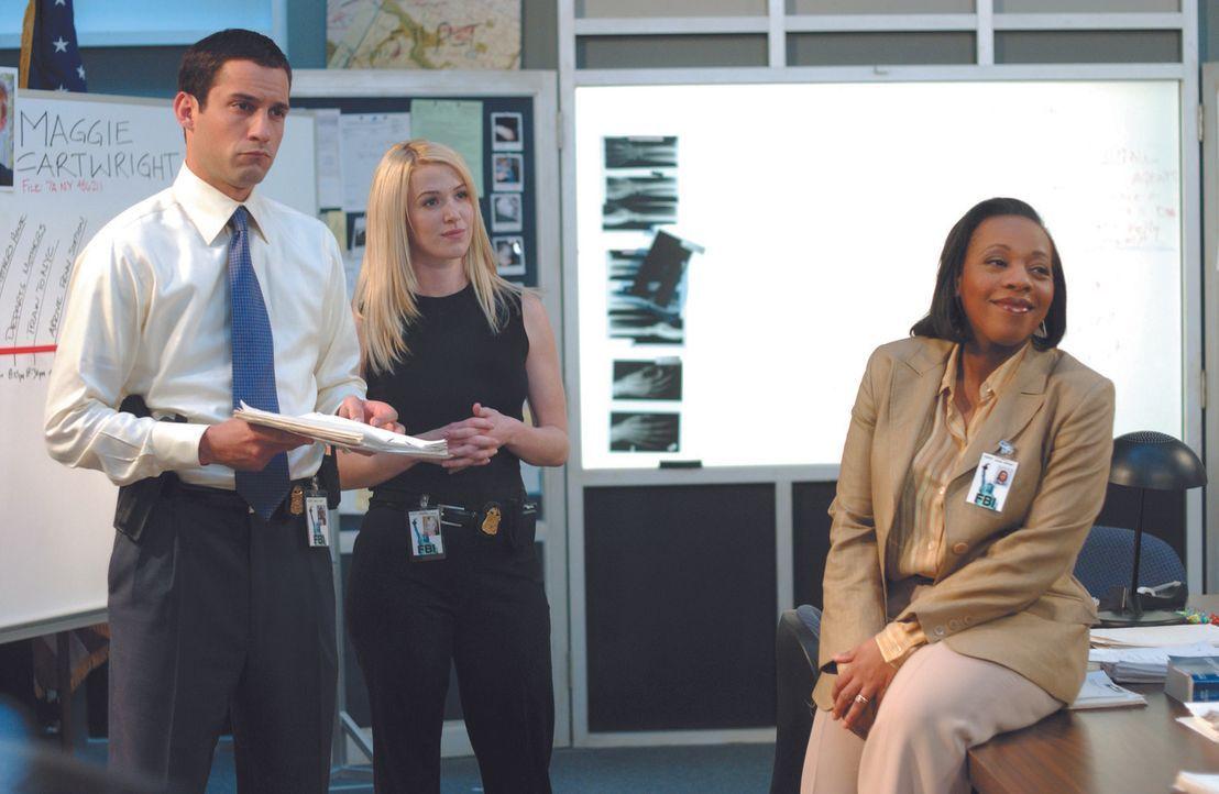 Weder Samantha Spades (Poppy Montgomery, 2.v.l.) noch die FBI-Agenten Vivian (Marianne Jean-Baptiste, r.) und Danny (Enrique Murciano, l.) können si... - Bildquelle: Warner Bros. Entertainment Inc.