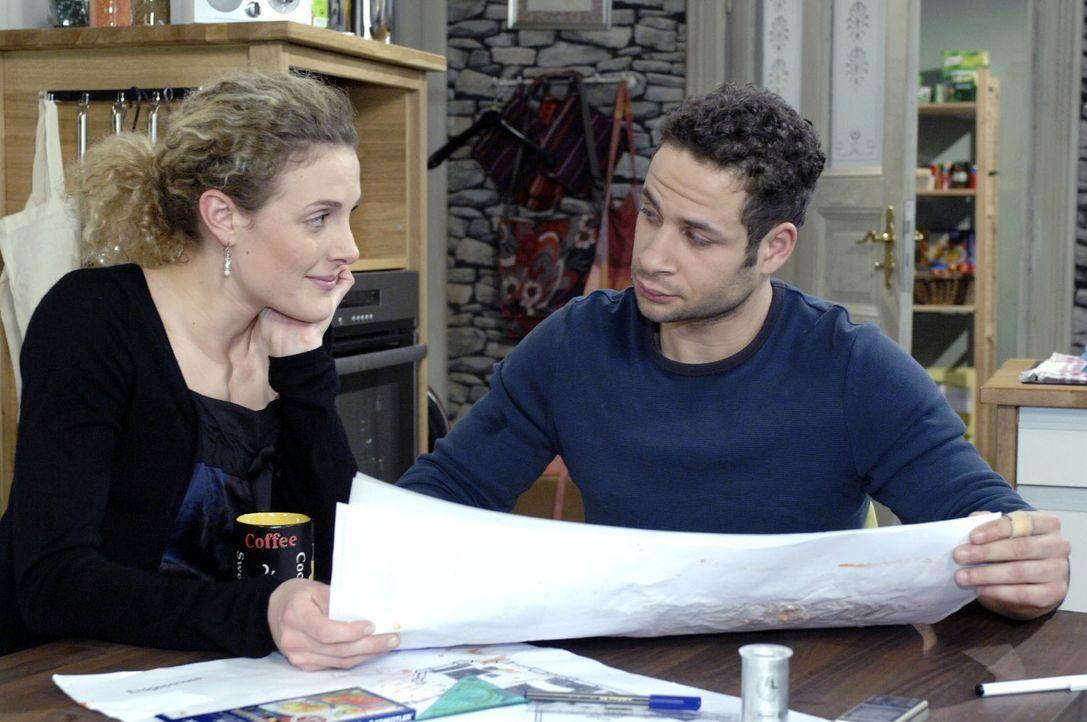Jannick (Mike Adler, r.) überrascht Maja (Barbara Lnz, l.) mit der Idee, einer gemeinsamen WG für die Zukunft. - Bildquelle: Oliver Ziebe Sat.1