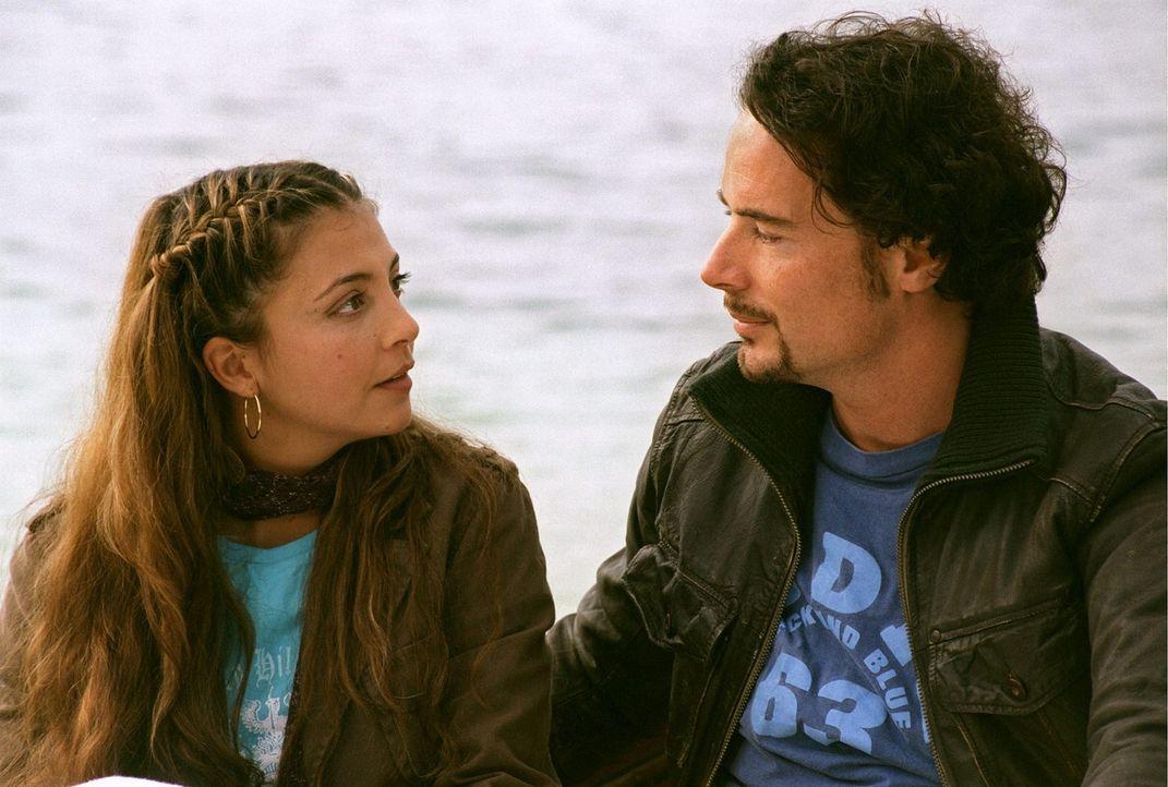 Damit die beiden frisch verliebten Mehmet (John Friedmann, r.) und Leyla (Arzu Bazman, l.) heiraten können, muss Mehmet eine Bedingung erfüllen. Er... - Bildquelle: Sat.1