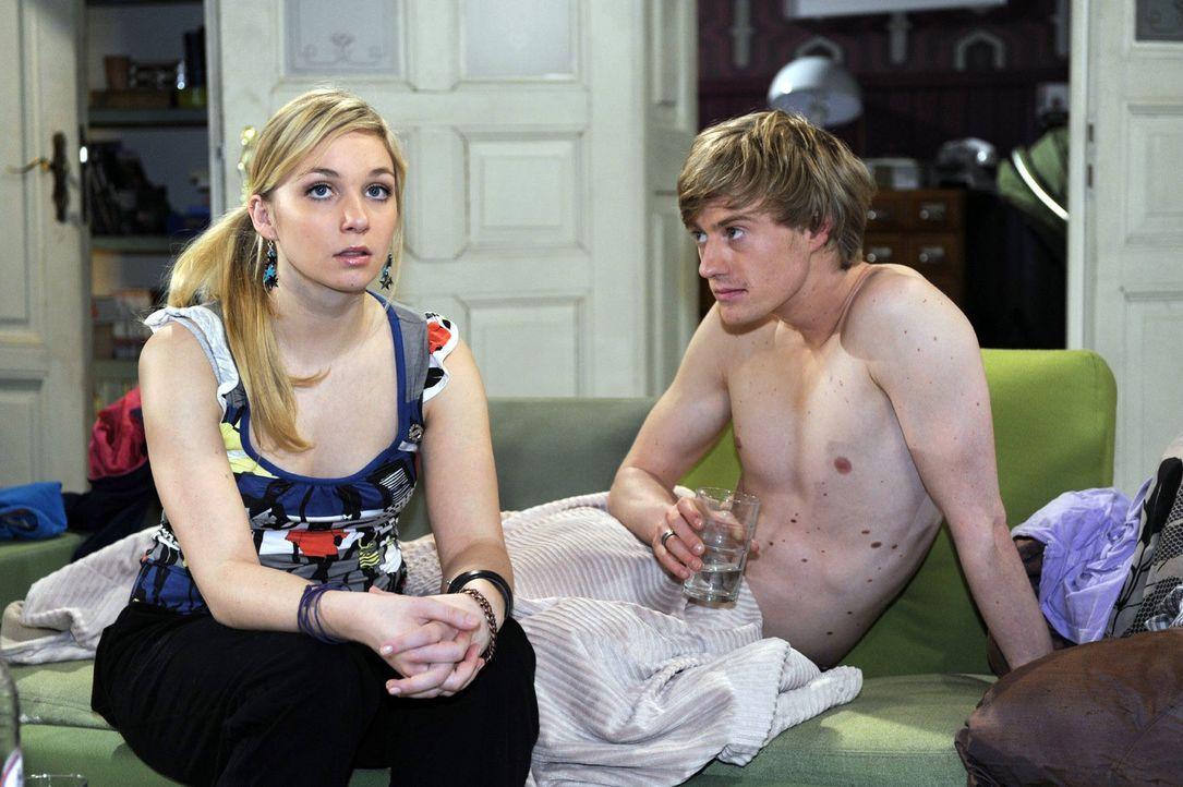 Lily (Jil Funke, l.) erfährt, dass Lars glaubt, sie mit Pierre (Eric Bouwer, r.) auf dem Sofa gesehen zu haben. - Bildquelle: Oliver Ziebe Sat.1