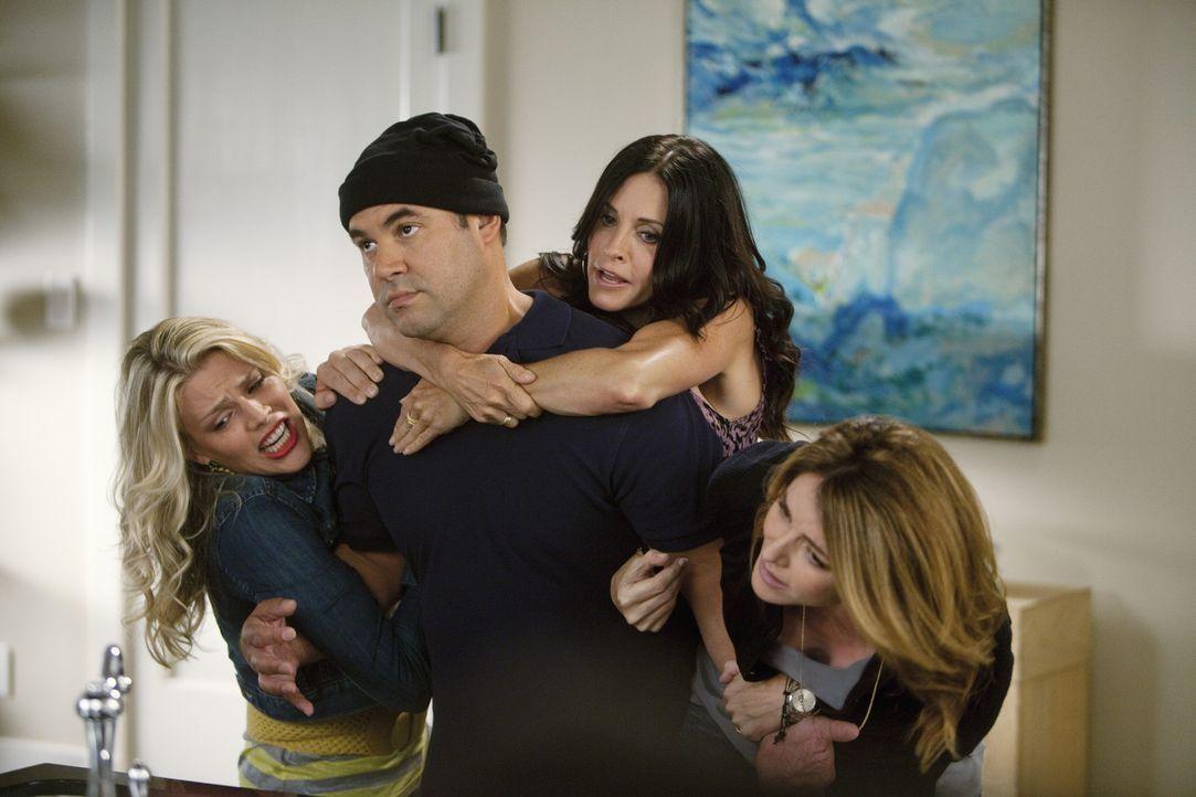 Üben schon mal für den Notfall: Ellie (Christa Miller, r.), Laurie (Busy Philipps, l.), Jules (Courteney Cox, 2.v.r.) und Andy (Ian Gomez, 2.v.l.)... - Bildquelle: 2010 ABC INC.