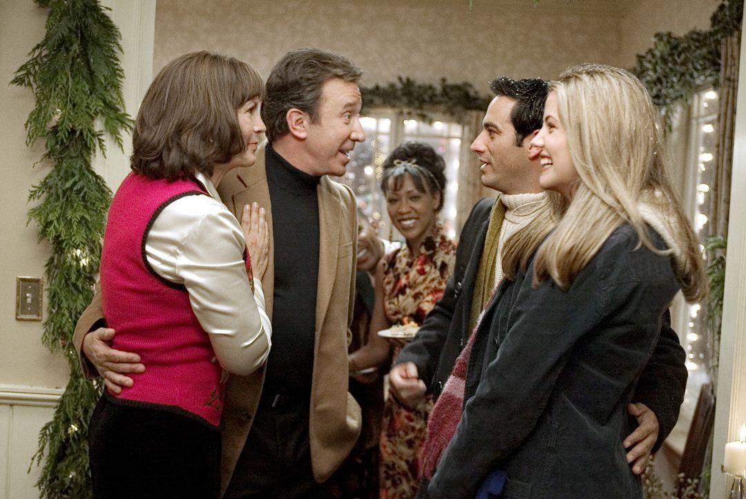 Luther (Tim Allen, 2.v.l.) und Nora Krank (Jamie Lee Curtis, l.) freuen sich über den plötzlichen Besuch ihrer Tochter Blair (Julie Gonzalo, r.) u... - Bildquelle: 2004 Revolution Studios Distribution Company, LLC. All Rights Reserved.